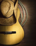 Countrymusik mit Gitarre auf hölzernem Hintergrund Stockfoto
