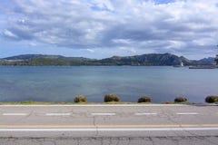 Countryroad асфальта пересекает горизонтальное Средиземное море стоковая фотография