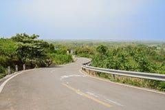 Countryroad sinueux de flanc de montagne en ressort ensoleillé Image libre de droits