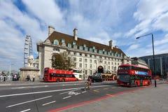 County-Hallen- und Riesenrad London mustern in Westminster, London, England Stockbild