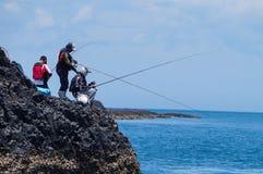 CountyPescadores de Penghu, Taiwan - um peixe do grupo de pessoas no recife litoral balança fotos de stock royalty free