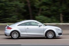 Coupé Audis TT auf der Autobahn Lizenzfreie Stockfotografie
