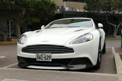 Coupé blanc d'Aston Martin Vanquish garé à Lima Photographie stock libre de droits