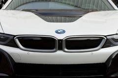 Coupé BMWs i8 der weißen Farbe herausgestellt am fairen Handel von Gijon lizenzfreies stockbild