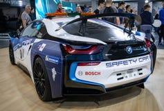Coupé BMWs i8, elektrische Einsteckkreuzung in den Farben für Sicherheitsauto für das Laufen der Formel E stockfotos