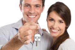 Coupé, das Haus-Schlüssel hält Stockfotografie