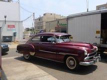 Coupé di Dark-red Chevrolet De Luxe in San Isidro, Lima Fotografia Stock