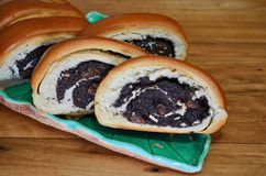 A coupé en tranches le petit pain frais vermeil avec des clous de girofle se trouvant d'un plat de turquoise sous forme de feuill photos libres de droits