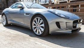 Coupé F tipo metallico grigio di Jaguar, primo piano Fotografie Stock Libere da Diritti