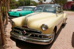Coupé jaune et vert de Pontiac Catalina à Lima Photos libres de droits