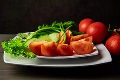 A coupé les légumes frais décorés des verts épicés photo libre de droits