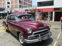 Coupé Maroon Chevrolet De Luxe parkte in Lima Lizenzfreie Stockfotos