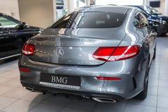 Coupé Mercedess C-klasse im Autosalon lizenzfreies stockbild