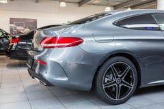 Coupé Mercedess C-klasse im Autosalon lizenzfreie stockbilder