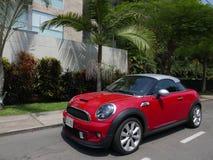 Coupé rouge et argenté de Mini Cooper S à Lima Photographie stock libre de droits