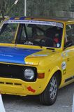 COUPÉ-'SL FIATS 128 ERSTAUSGABE-RENNautomobil-RESERVIERTER WEINLESE-RENNWAGEN stockbilder