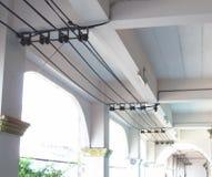 Coup électrique de fil sur un toit Photos stock