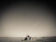 Coup d'oeil solitaire de montagne se levant du désert Photo libre de droits