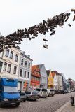 Coup de chaussures sur le fil électrique au-dessus de la voie urbaine photos stock