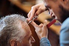 Coup de coupe de raboteuse de cheveux d'homme supérieur Photos stock