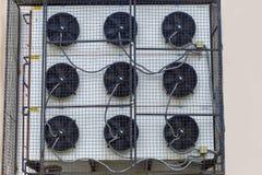 Coup de dispositifs de climatisation sur le bâtiment photographie stock libre de droits