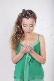 Coup de femme de brune loin les confettis sur sa fête d'anniversaire Photo stock