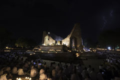 Coup de foudre pendant le départ cérémonieux d'éclaircissement du Bouddha le jour de Visakha, le 1er juin 2015 photographie stock