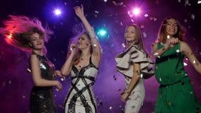 Coup de Ggirls avec les paumes des confettis et de la danse de scintillement banque de vidéos