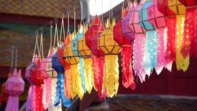 Coup de lanterne de Lanna sur la corde pour souhaiter un désir ou un espoir la bonne chose de se produire, dans des lanternes tha clips vidéos