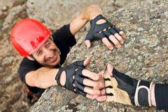 Coup de main de prêt de grimpeur Photos stock
