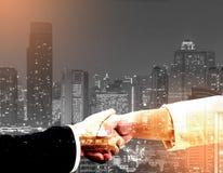 Coup de main Deux gens d'affaires se serrant la main dans de Photographie stock libre de droits