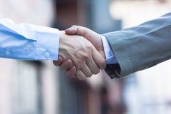 Coup de main Homme d'affaires deux se serrant la main Photographie stock
