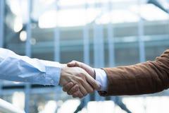 Coup de main Homme d'affaires deux se serrant la main les uns avec les autres dehors Images libres de droits