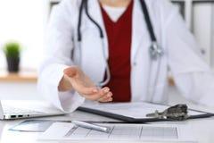 Coup de main de offre de docteur féminin de médecine en plan rapproché de bureau Médecin prêt à examiner et sauver le patient ami photo libre de droits