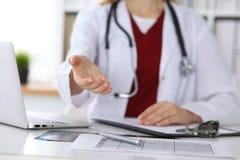 Coup de main de offre de docteur féminin de médecine en plan rapproché de bureau Médecin prêt à examiner et sauver le patient ami photo stock