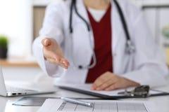 Coup de main de offre de docteur féminin de médecine en plan rapproché de bureau Médecin prêt à examiner et sauver le patient ami photos libres de droits