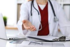 Coup de main de offre de docteur féminin de médecine en plan rapproché de bureau Médecin prêt à examiner et sauver le patient ami image stock