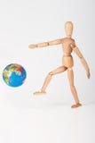 Coup-de-pied en bois de mannequin un manque de respect de globe du monde photo stock