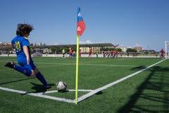 Coup-de-pied faisant le coin du football Image libre de droits