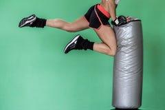 Coup-de-pied de genou - combattant de Fitboxe Photos libres de droits