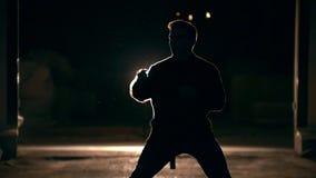 Coup-de-pied de la main, tours des arts martiaux, nuit banque de vidéos