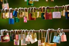 Coup de serrures d'amour d'un pont Photographie stock libre de droits