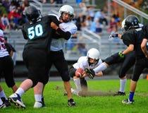 Coup de volée de football américain de la jeunesse Photo libre de droits
