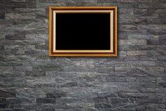 Coup en bois de cadre de photo de vintage sur le mur en pierre naturel Intérieur Images stock