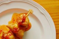 Coup enveloppé par pâte cuit à la friteuse d'oeuf de caille de boulette dans le bâton en bois préparant la sauce chili douce Images libres de droits