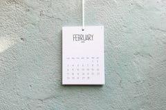 Coup fait main du calendrier 2019 de cru sur le mur photographie stock