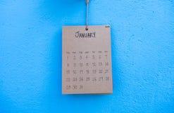 Coup fait main du calendrier 2017 de vintage sur le mur bleu Photos stock