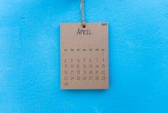 Coup fait main du calendrier 2017 de vintage sur le mur bleu Images libres de droits