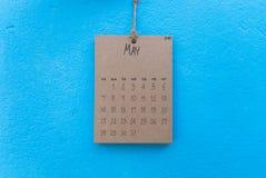 Coup fait main du calendrier 2017 de vintage sur le mur bleu Images stock