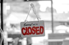 Coup fermé de panneau de signe sur la porte image libre de droits